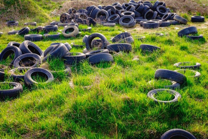Verunreinigte Umwelt mit alten Gebrauchtwagenreifen stockfotos