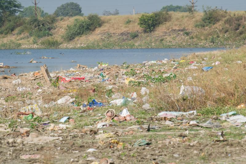Verunreinigtes Sumpfgebiet von Indore Indien lizenzfreie stockfotos