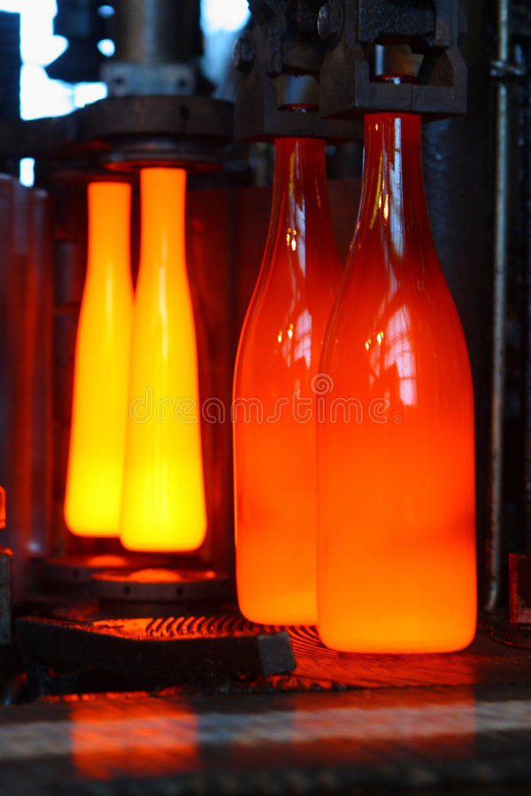 Vervaardiging van flessen stock foto's