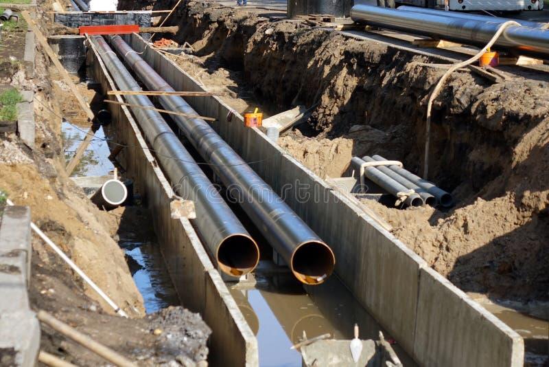 Vervangingspijpen in de stad Bouw van het verwarmen van leidingen voor gemeentelijke infrastructuur, het concept stadsontwikkelin royalty-vrije stock afbeelding