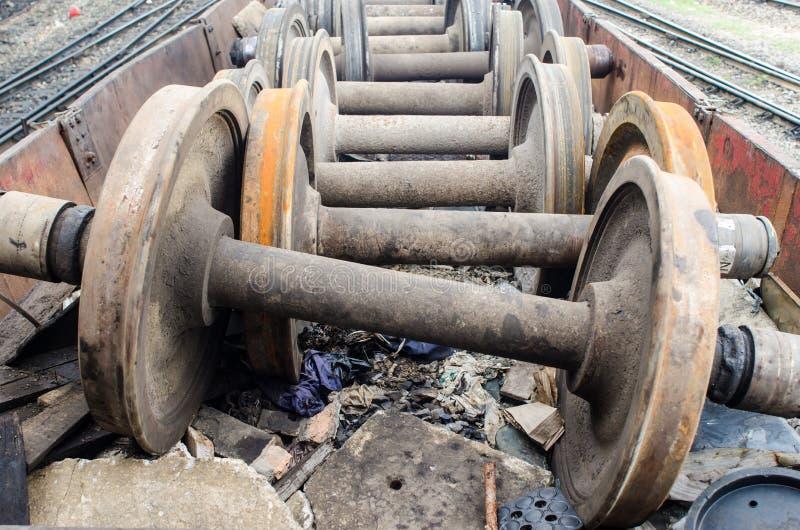 Vervangstukken van oud treinwiel op een spoor royalty-vrije stock afbeeldingen