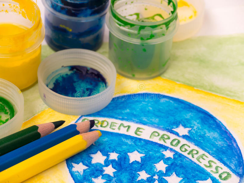 Verven en kleurenpotloden op de vlagwaterverf van Brazilië het schilderen stock foto's