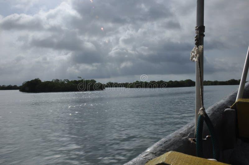 Vervoer door motorboot tussen eilanden in Indonesië stock foto's