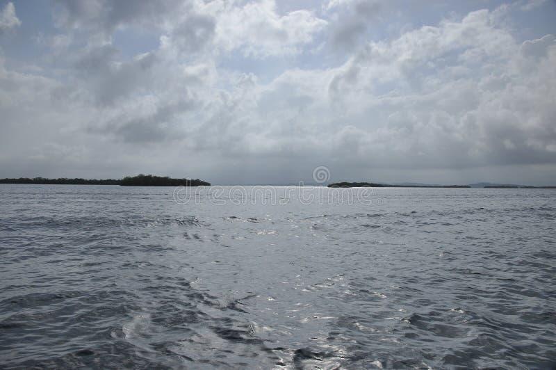 Vervoer door motorboot tussen eilanden in Indonesië stock afbeelding