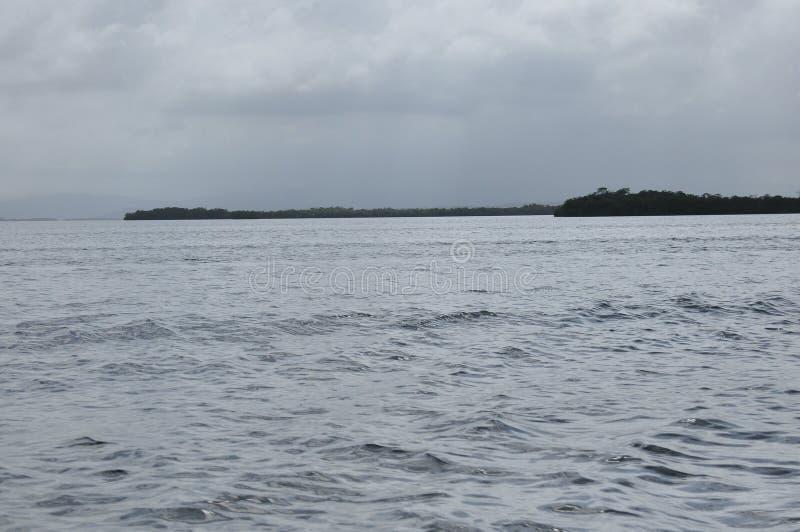 Vervoer door motorboot tussen eilanden in Indonesië royalty-vrije stock foto's