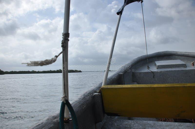 Vervoer door motorboot tussen eilanden in Indonesië royalty-vrije stock afbeeldingen