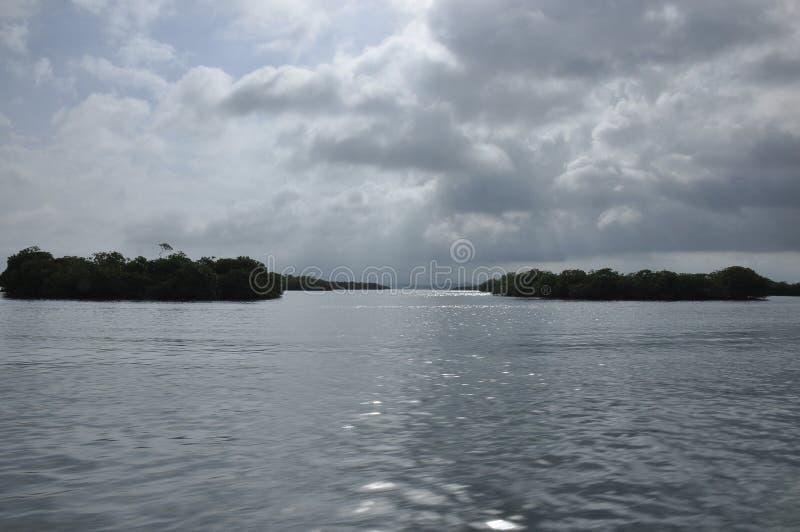 Vervoer door motorboot tussen eilanden in Indonesië royalty-vrije stock foto