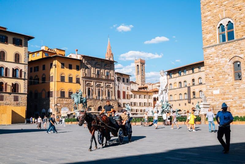 Vervoer met paard en Fontein van Neptunus bij Piazza della Signoria in Florence, Italië stock afbeelding