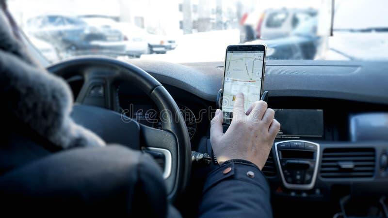 Vervoer, modern technologie en mensenconcept - mannelijke hand die naar route zoeken stock foto