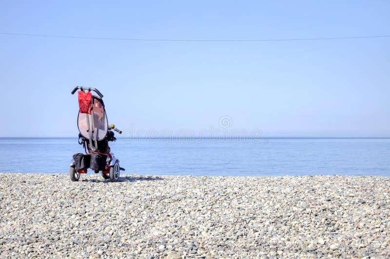 Download Vervoer op een strand stock afbeelding. Afbeelding bestaande uit kind - 54080121