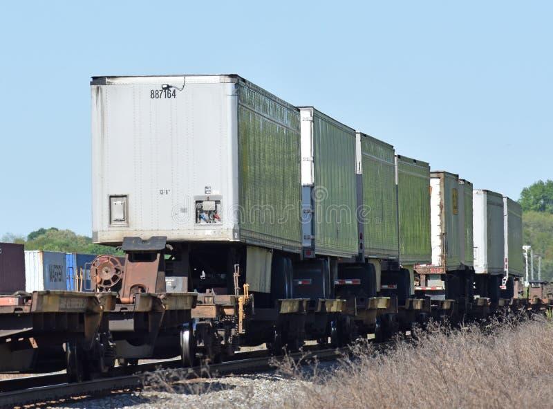 Vervoer per kangoeroewagenaanhangwagens op een trein stock foto
