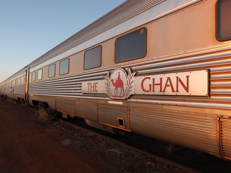 Vervoer van de beroemde Ghan-spoorweg bij een ochtendeinde in Marla stock foto
