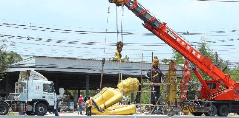 Vervoer van een standbeeld van Boedha stock foto