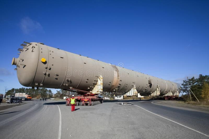 Vervoer van een technologische kolom voor een petrochemische pla stock foto
