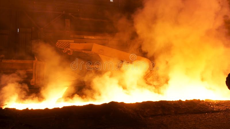 Vervoer van gesmolten heet staal in de helling, zware industrieconcept Voorraadlengte Heet gesmolten staal in ijzer en royalty-vrije stock afbeelding