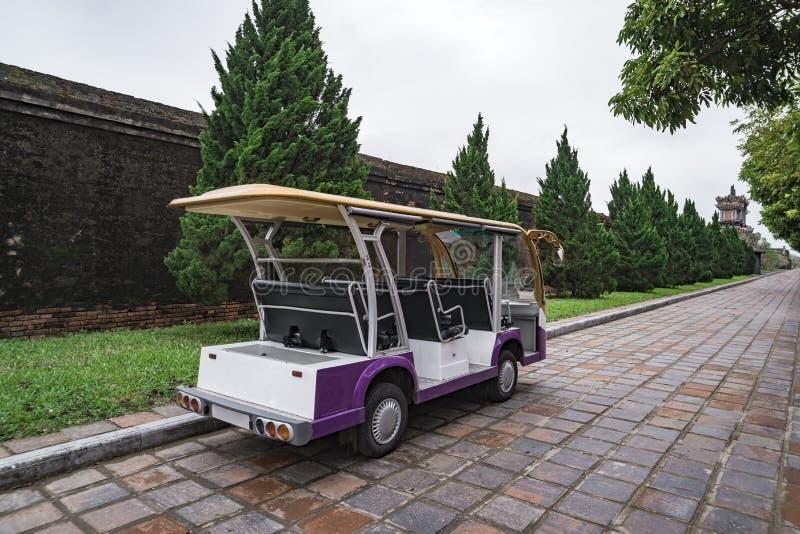 Vervoer van mensen Elektroauto Auto voor vervoer van toeristen Ladende elektrische auto De bus van de toerist Auto voor het vervo royalty-vrije stock foto