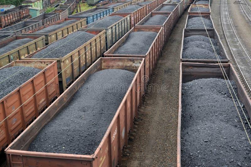 Vervoer van steenkool in goederenauto's Rusland royalty-vrije stock foto's