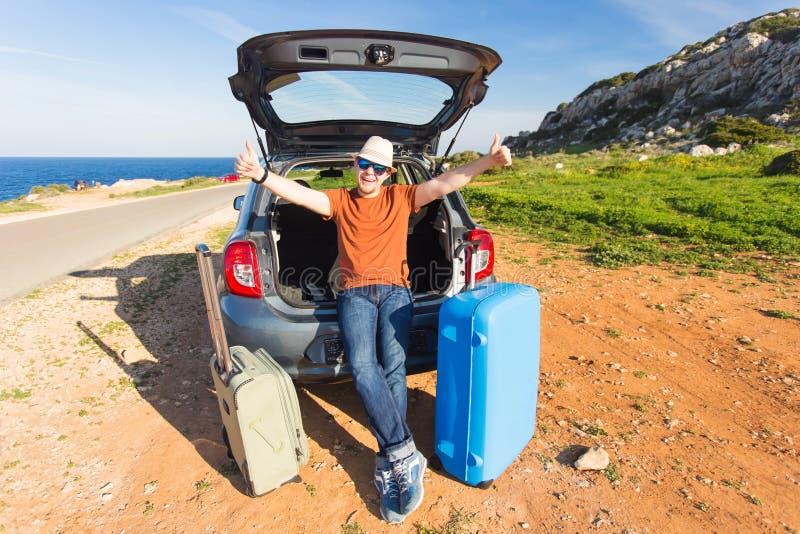 Vervoer, vrije tijd, wegreis en mensenconcept - gelukkige mens die weg van reis en de zomervakantie genieten royalty-vrije stock foto's