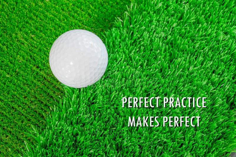 Vervollkommnen Sie Übung macht den Meister im Golf lizenzfreies stockbild