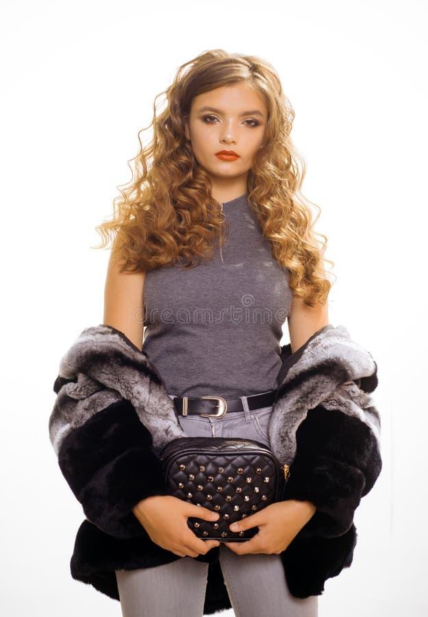 Vervollkommnen Sie f?r Winterk?lte Wintermantel der Abnutzung der jungen Frau eleganter H?bsche Frau im modernen Pelzmantel Mode- lizenzfreie stockfotos