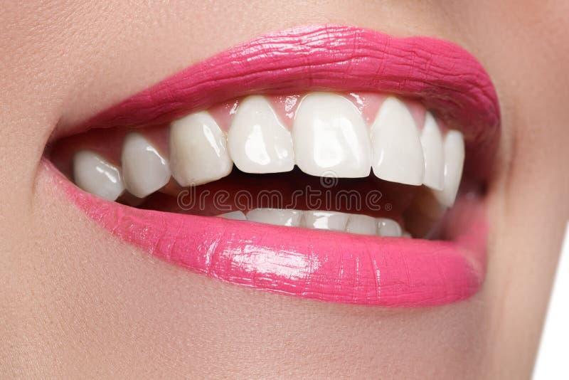 Vervollkommnen Sie Lächeln nach Bleiche Zahnpflege- und weiß werdenzähne Frauenlächeln mit den großen Zähnen Nahaufnahme des Läch stockfoto