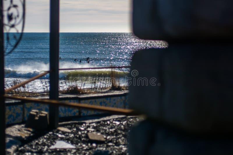 Vervollkommnen Sie Welle an einem sonnigen Tag mit Vordergrundhintergrund bohkeh lizenzfreies stockfoto