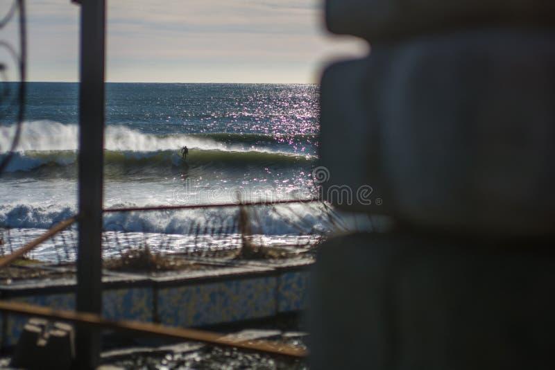 Vervollkommnen Sie Welle an einem sonnigen Tag mit Vordergrundhintergrund bohkeh lizenzfreies stockbild