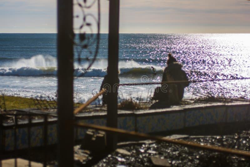 Vervollkommnen Sie Welle an einem sonnigen Tag mit Vordergrundhintergrund bohkeh stockfotos