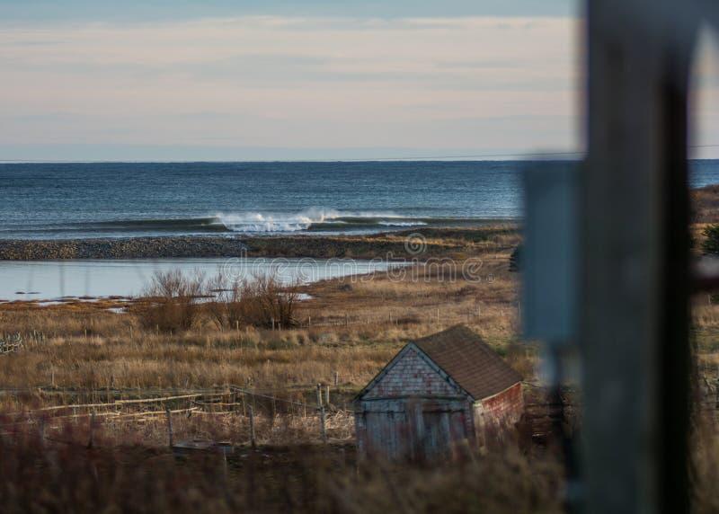 Vervollkommnen Sie Welle an einem sonnigen Tag mit Vordergrundhintergrund bohkeh lizenzfreie stockfotos