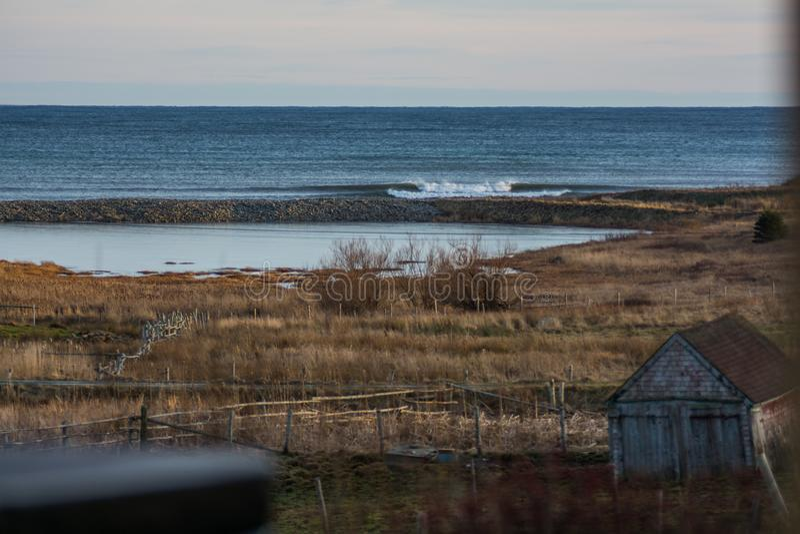 Vervollkommnen Sie Welle an einem sonnigen Tag mit Vordergrundhintergrund bohkeh stockbilder