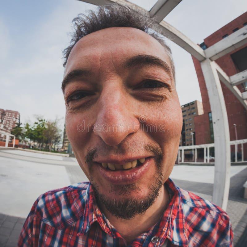 Vervormd portret van een mens met sik stock afbeeldingen
