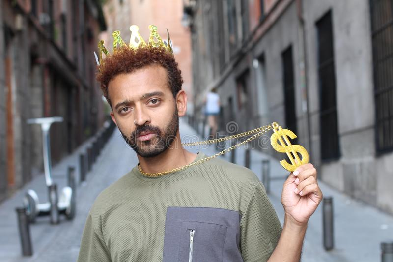 Verwaande kerel die kroon en dollar-teken halsband dragen royalty-vrije stock afbeelding