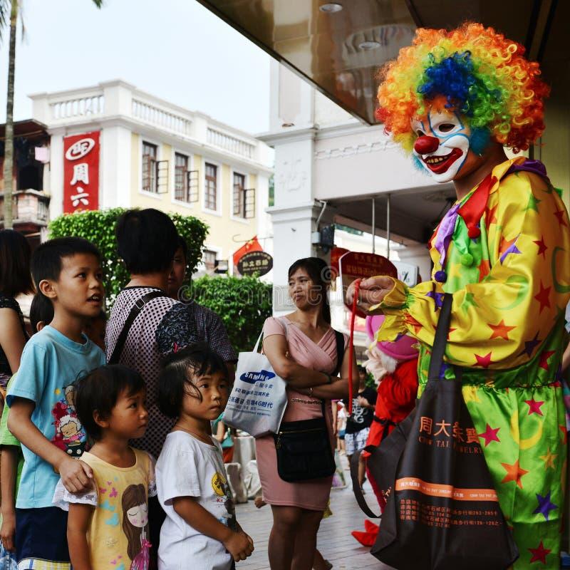 Verwachtende ogen, de clown en de kinderen, stock afbeelding