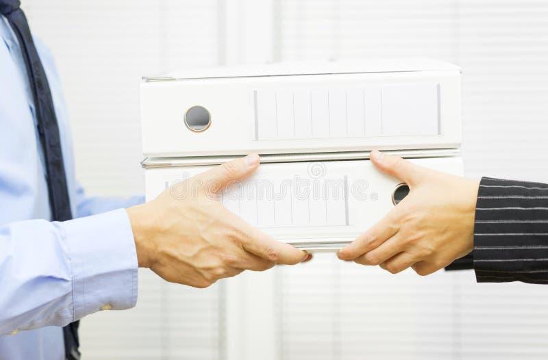 Verwaltung des Managers öffentlich gibt dem Angestellten Arbeit lizenzfreie stockbilder