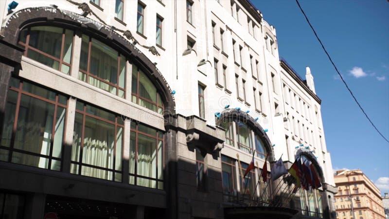 Verwaltungsgebäude mit Flaggen der Länder Flaggen von den Ländern der Europäischen Gemeinschaft, die nahe modernem Europäer welle lizenzfreie stockfotografie
