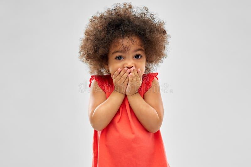 Verward Afrikaans Amerikaans meisje die mond behandelen royalty-vrije stock foto