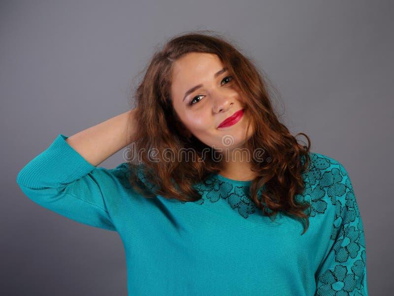Verward meisje op grijs stock foto