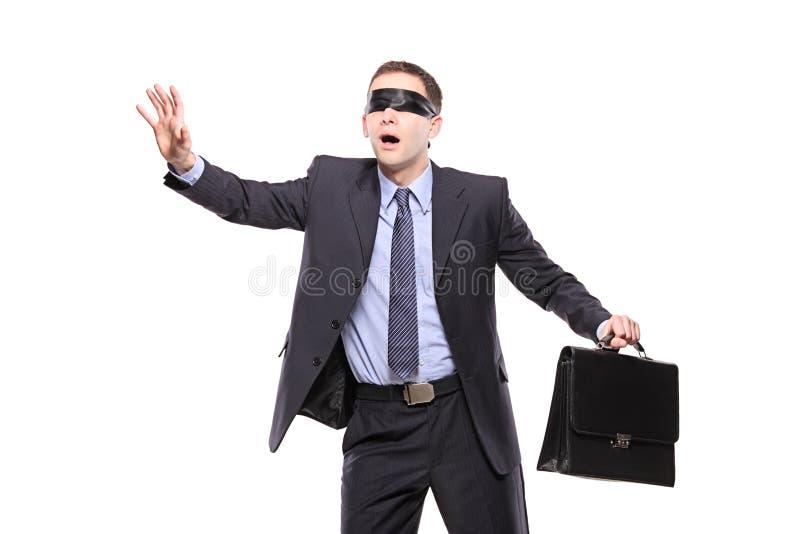 Verwarde blinddoekzakenman met aktentas stock foto's