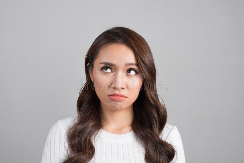Verwarde of droevige vrouw emotioneel meisje op witte achtergrond emotioneel die meisje op witte achtergrond wordt geïsoleerd royalty-vrije stock foto's