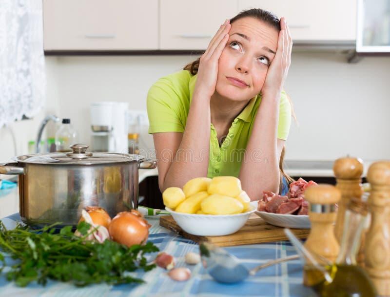 Verwarde huisvrouw bij keuken royalty-vrije stock foto
