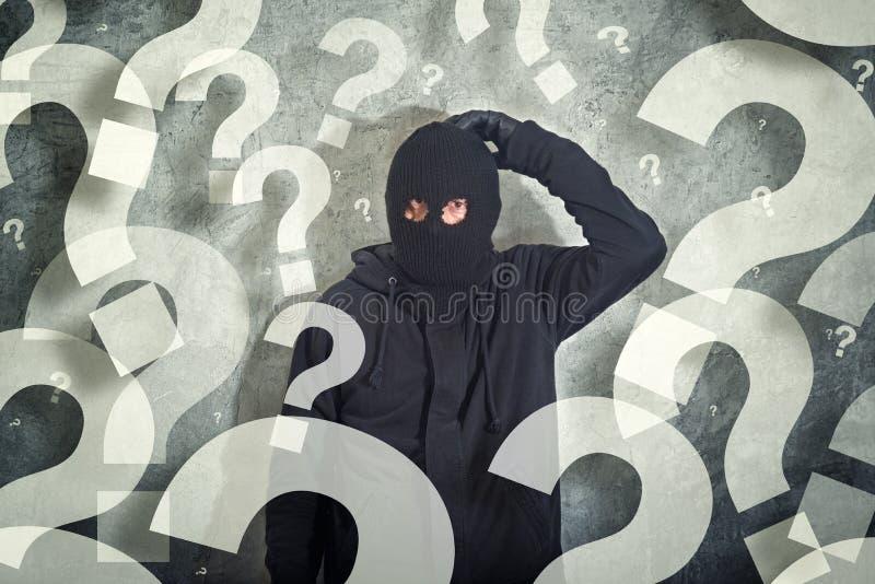 Verwarde inbreker met partij van vragen stock afbeelding