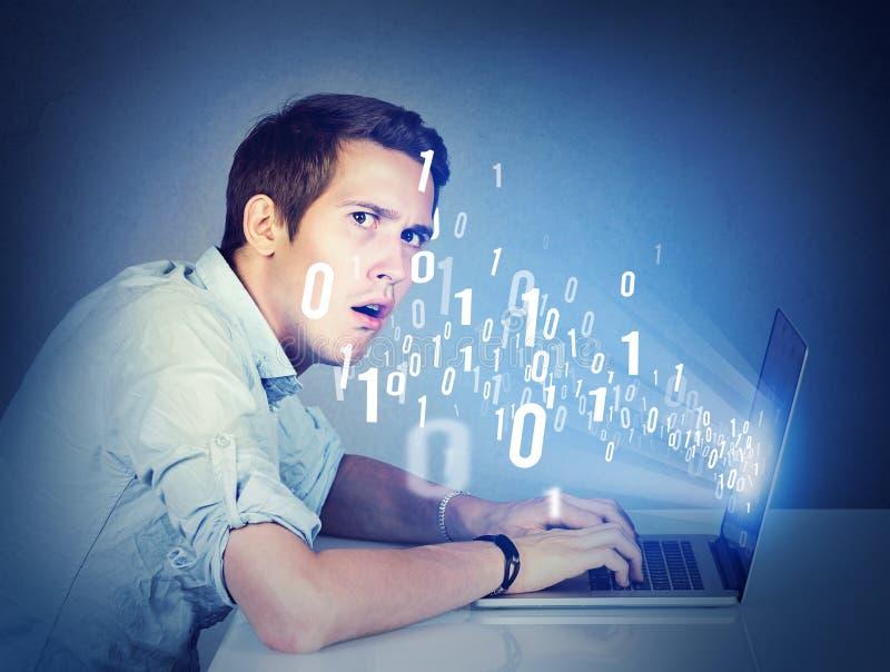 Verwarde mens met laptop het leren computerwetenschap stock afbeelding