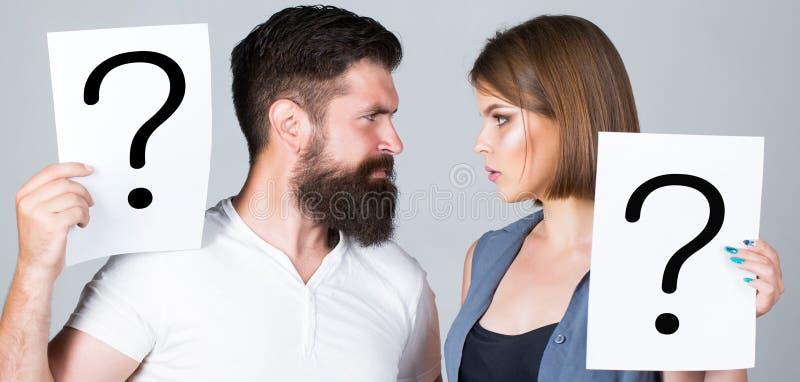 Verwarde paren met vraagtekens Conflict tussen twee mensen Peinzende man en een nadenkende vrouw, conflict royalty-vrije stock fotografie