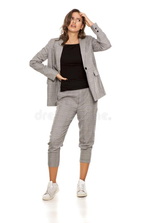 Verwarde vrouw in toevallig kostuum stock fotografie