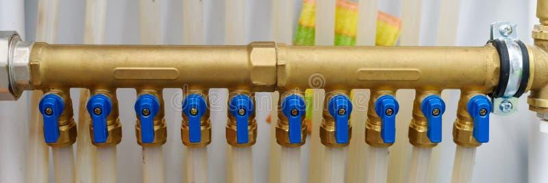 Verwarmingssysteem in het huis Plastic pijpen in de ventilators met heet en koud watervoorziening aan de boiler stock foto's