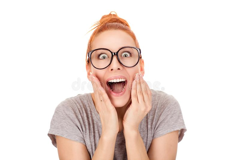 In verwarring gebrachte vrouw die handen op wangen houdt, die in grote schok kijken stock fotografie