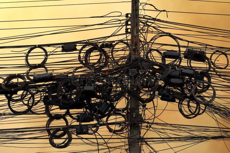 Verwarring met hoog voltage, de elektrische energie van de draad op hemel achtergrondavondatmosfeer, het koord van de hoogspannin royalty-vrije stock afbeeldingen