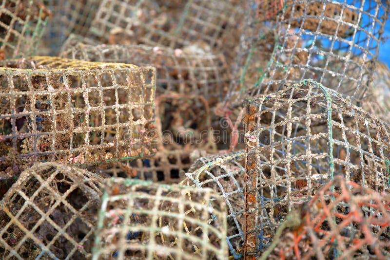 Verwarring van covos van visserijmanden bij de visserijhaven van Santa Luzia dichtbij Tavira, Algarve stock fotografie
