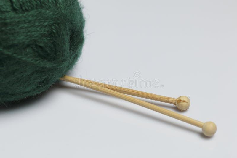 Verwarringsdraad voor het breien De breinaalden zijn geplakt in het stock foto