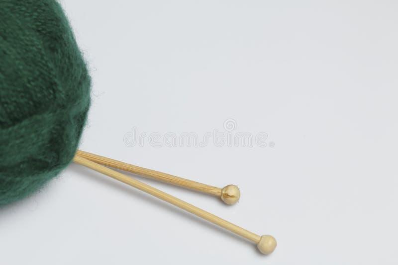 Verwarringsdraad voor het breien De breinaalden zijn geplakt in het royalty-vrije stock fotografie
